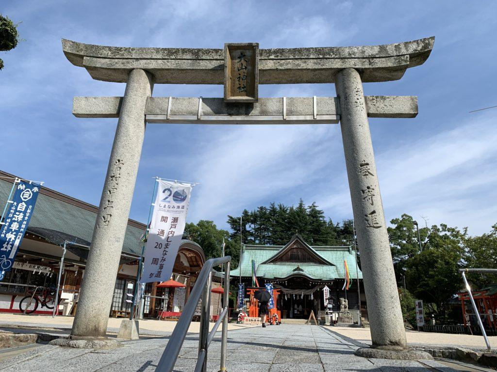 大山神社の鳥居と本殿