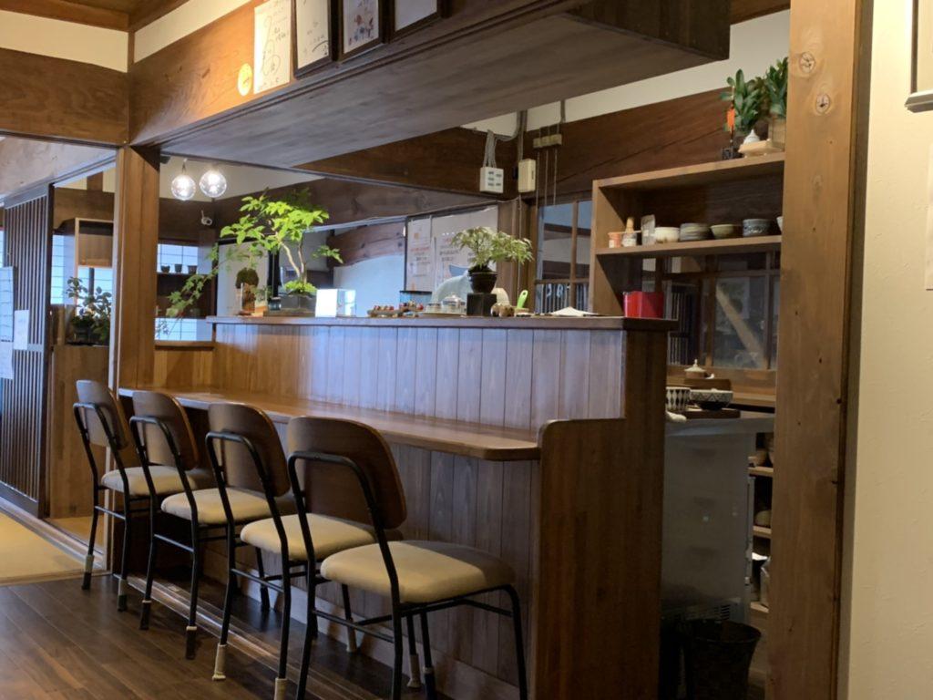 「町家盆栽Cafe コトノハ」のカウンター