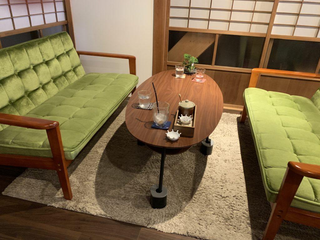 「町家盆栽Cafe コトノハ」のソファ席